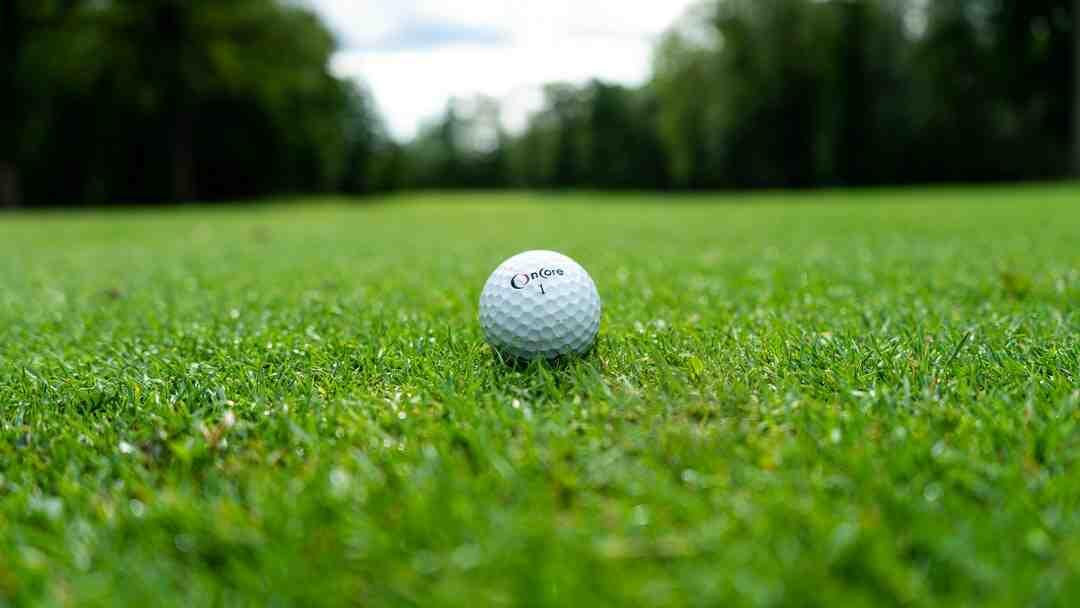 Comment frapper une balle droite au golf